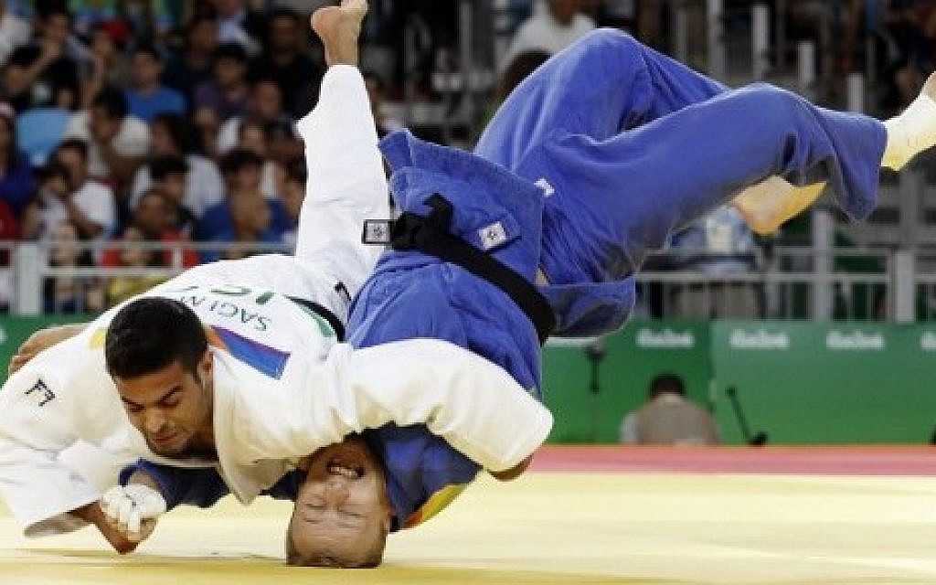 Israeli judoka Sagi Muki (white) competes with Slovenia's Rok Draksic during the men's under-73kg judo contest match of the Rio 2016 Olympic Games in Rio de Janeiro on August 8, 2016. (AFP Photo/Jack Guez)
