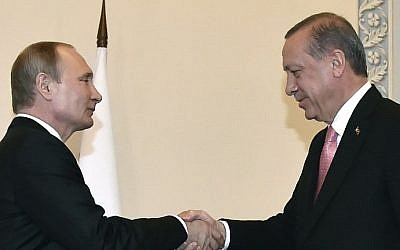 Russian President Vladimir Putin shakes hands with Turkish President Recep Tayyip Erdogan in Konstantinovsky Palace outside Saint Petersburg, August 9, 2016. (AFP Photo/Alexander Nemenov)