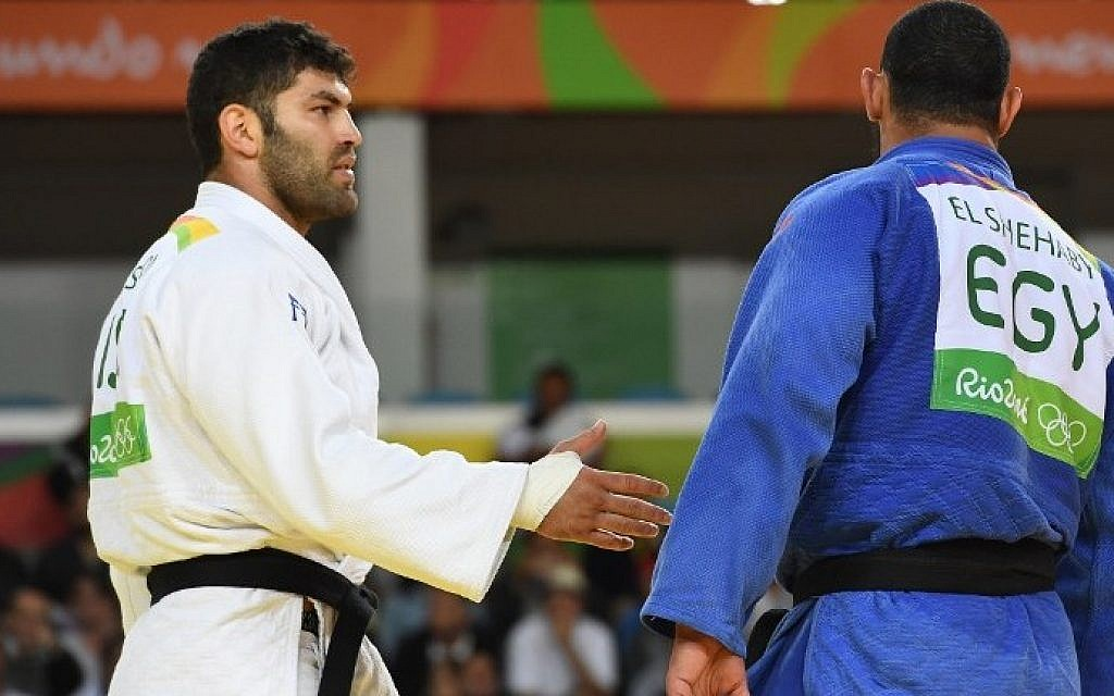 Egypt's Islam El Shehaby (blue) refuses to shake hands after defeat by Israel's Or Sasson in their men's over-100kg judo contest at the Olympic Games in Rio de Janeiro, Brazil, on August 12, 2016. (AFP/Toshifumi Kitamura)