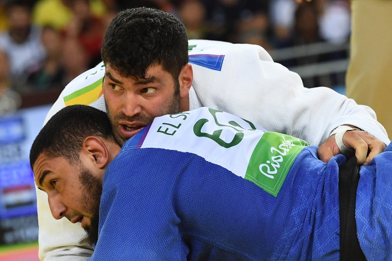 Israel's Or Sasson (white) competes with Egypt's Islam Elshehaby during their men's +100kg judo contest match of the Rio 2016 Olympic Games in Rio de Janeiro on August 12, 2016. (AFP PHOTO / Toshifumi KITAMURA)