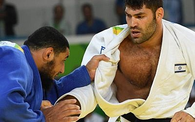 Illustrative: Israel's Or Sasson (white) competes with Egypt's Islam el-Shahabi during their men's +100kg judo contest at the 2016 Olympic Games in Rio de Janeiro on August 12, 2016. (AFP Photo/Toshifumi Kitamura)