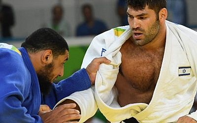 Israel's Or Sasson (white) competes with Egypt's Islam El Shahaby during their men's +100kg judo contest at the 2016 Olympic Games in Rio de Janeiro on August 12, 2016. (AFP/Toshifumi Kitamura)