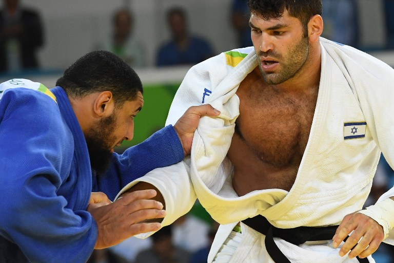 Israel's Or Sasson (white) competes with Egypt's Islam el-Shahabi during their men's +100kg judo contest at the 2016 Olympic Games in Rio de Janeiro on August 12, 2016. (AFP PHOTO/Toshifumi KITAMURA)