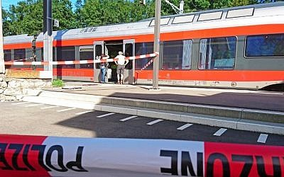 Policemen stand by a train at the station in Salez, eastern Switzerland, after a man set a fire and stabbed passengers on August 13, 2016. (AFP PHOTO/NEWSPICTURES.CH/BEAT KAELIN)