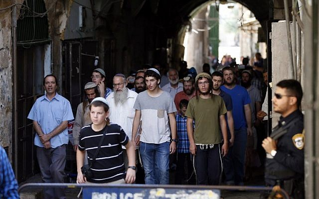 Israeli security forces stand guard as a group of Jewish men end their visit to the Temple Mount in Jerusalem, during the annual Tisha B'Av fast day on August 14, 2016. (AFP PHOTO/AHMAD GHARABLI)