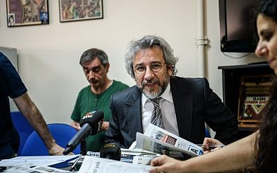 Former Cumhuriyet Daily newspaper editor-in-chief Can Dundar, center, taking part in a news meeting at the Pro Kurdish Ozgur Gundem newspaper in Istanbul, June 21, 2016. (AFP/OZAN KOSE)
