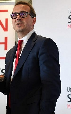 British opposition Labour Party leadership contender Owen Smith delivers a speech on the National Health Service at The University of Salford in Salford, north west England, on August 15, 2016. (AFP PHOTO / PAUL ELLIS)