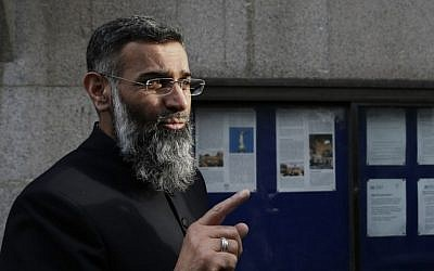 British Muslim cleric Anjem Choudary arrives at the Old Bailey in London on January 11, 2016 for the start of his trial on charges of inviting support for Islamic State (IS). (AFP/Adrian DENNIS)