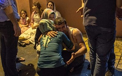 Relatives grieve at hospital August 20, 2016 in Gaziantep following a late night militant attack on a wedding party in southeastern Turkey. (AFP PHOTO / AHMED DEEB)