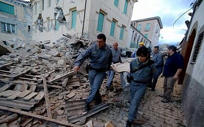 Rescuers carry a man from the rubble after a strong earthquake hit Amatrice, Italy on August 24, 2016. (AFP PHOTO / FILIPPO MONTEFORTE)