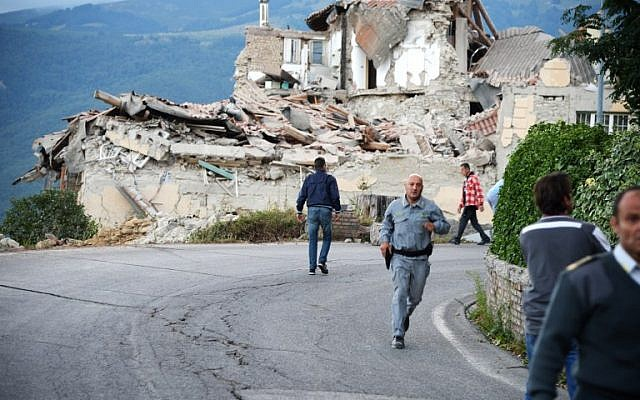 Victims and rescuers walk among the rubble of houses after a strong earthquake hit Amatrice, Italy, August 24, 2016. (AFP/FILIPPO MONTEFORTE)