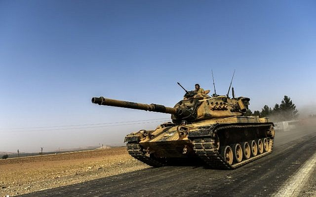 A Turkish army tank drives toward Syria in the Turkish border city of Karkamis, in the southern region of Gaziantep, August 24, 2016. (AFP/BULENT KILIC)