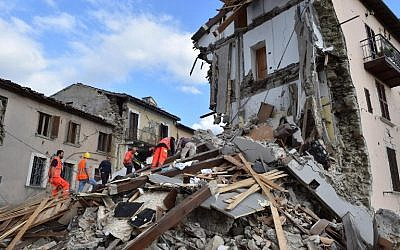 Rescuers search among damaged buildings after a strong earthquake hit central Italy, in Arquata del Tronto on August 24, 2016. (AFP PHOTO/STR)