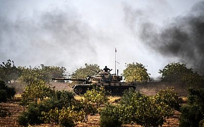 Turkish Army tanks driving to the Syrian Turkish border town of Jarabulus,  August 25, 2016. (AFP/BULENT KILIC)