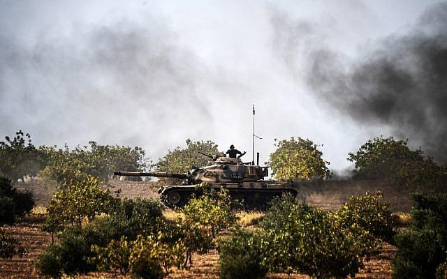 Turkish Army tanks driving to the Syrian Turkish border town of Jarabulus,  August 25, 2016. (AFP/BULENT KILIC)