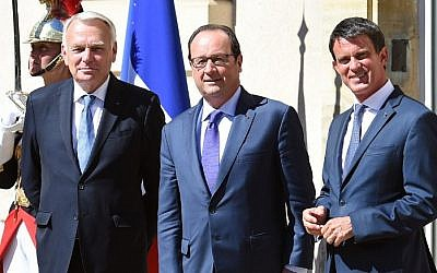 French Foreign Minister Jean-Marc Ayrault (L) French President Francois Hollande (C) and French Prime Minister Manuel Valls (R) stand outside the castle of La Celle Saint Cloud, western Paris, before a meeting with European Social Democrats, on August 25, 2016. (AFP PHOTO/STEPHANE DE SAKUTIN)