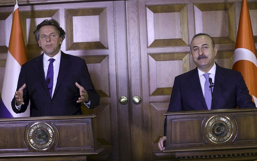 Netherlands' Foreign Minister Bert Koenders, and Turkey's Foreign Minister Mevlut Cavusoglu speak during a joint press conference at the Foreign Ministry's residence in Ankara August 29, 2016. (AFP/ADEM ALTAN)