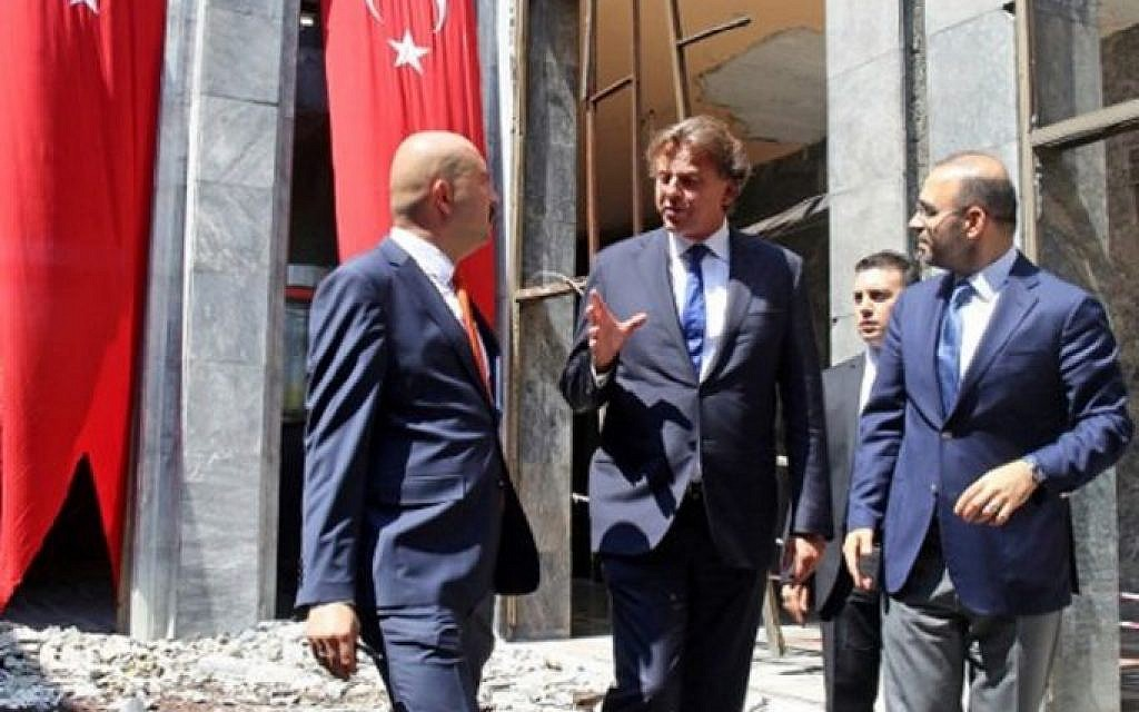 Netherlands' Foreign Minister Bert Koenders, center, visits the damaged Turkish Parliament building in Ankara on August 29, 2016, following the July 15 failed coup attempt. (ADEM ALTAN / AFP)
