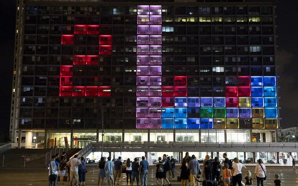 Visitors to Rabin Square in Tel Aviv take part in a giant Tetris tournament on the facade of the city's municipality building on August 30, 2016. (AFP PHOTO/JACK GUEZ)
