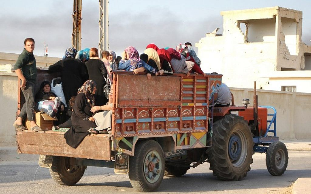 Syrians flee during clashes between fighters from the Jund al-Aqsa Islamist Brigade and Syrian government forces in the northern Syrian town of Tayyibat al-Imam, northwest of Hama on August 31, 2016. (AFP PHOTO/Omar haj kadour)