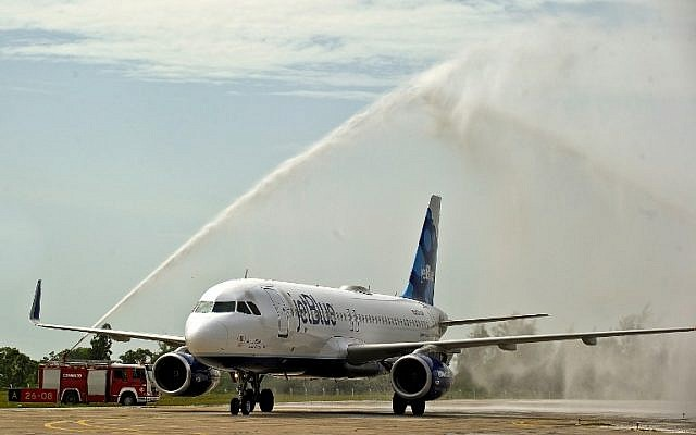 The first commercial flight between the United States and Cuba since 1961 lands in Santa Clara, Cuba on August 31, 2016. (AFP Photo/Yamil Lage)