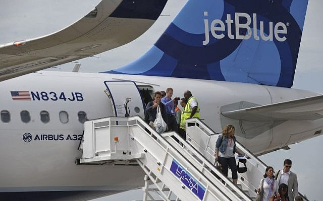 Passengers deplane upon arriving at the airport of Santa Clara, Cuba on August 31, 2016 on the first commercial flight between the United States and Cuba since 1961. (AFP Photo/Yamil Lage)