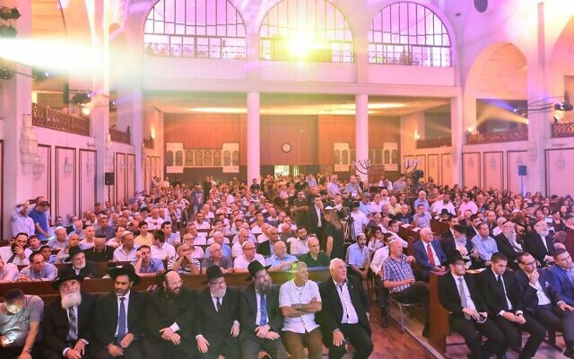 Hundreds of guests attend a Torah scroll dedication ceremony for Tel Aviv's Great Synagogue, August 2015. (Israel Bardugo)