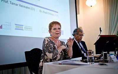 Tamar Hermann, left, and Khalil Shikaki at a press conference about public opinions about a two-state solution for the Israeli-Palestinian conflict, August 22, 2016. (Konrad-Adenauer-Stiftung)