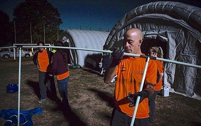 IsraAID volunteers build a temporary shelter for earthquake victims in Scai, Italy. August 27, 2016. (Courtesy)