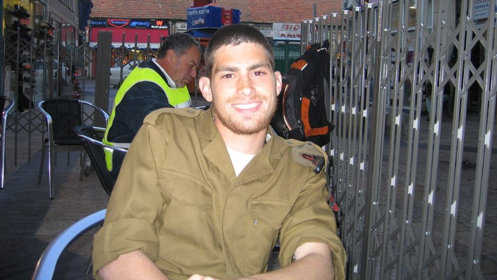 Michael Levin receives a package of Tastykakes, soon after he was drafted into the IDF, on March 20, 2005. (Tami Gross)