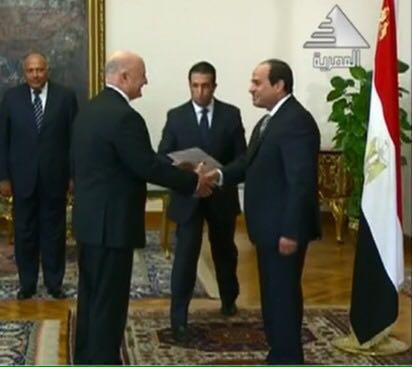 Israel's new Ambassador to Egypt David Govrin presents his credentials to President Abdel-Fattah el-Sissi at his palace in Cairo, August 31, 2016 (Egyptian Presidential Palace)