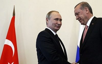 Russian President Vladimir Putin welcomes Turkish President Recep Tayyip Erdogan in the Konstantin palace outside St. Petersburg, Russia, August 9, 2016. (AP Photo/Alexander Zemlianichenko)