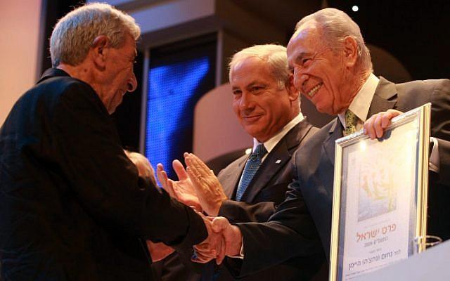 President Shimon Peres and Israel's Prime Minister Benjamin Netanyahu awarding Nachum Heiman with Israel Prize for the Israeli songs in Jerusalem on Apr 29, 2009. (Kobi Gideon / FLASH90)