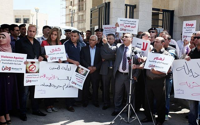 Palestinian journalists gather in front of the Interior Ministry in the West Bank city of Ramallah on August 25, 2013, following an incident during which PA officers beat a number of journalists during a rally in Ramallah. (Issam Rimawi/FLASH90)