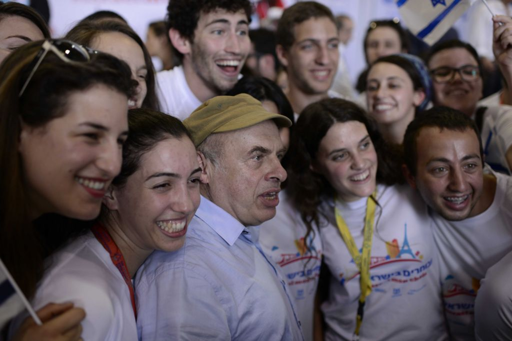 Chairman of the Jewish Agency Natan Sharansky speaks to newly immigrated French Jews at Ben Gurion International Airport, on July 20, 2016. (Tomer Neuberg/FLASH90)