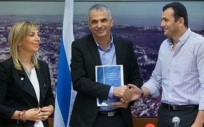 Finance Minister Moshe Kahlon (C) with Justice Ministry director-general Emi Palmor (L) and General Manager of the Finance Ministry, Shai Babad during a press conference regarding legalized gambling in Israel at the Finance Ministry office in Jerusalem on August 3, 2016. (Yonatan Sindel/Flash90)