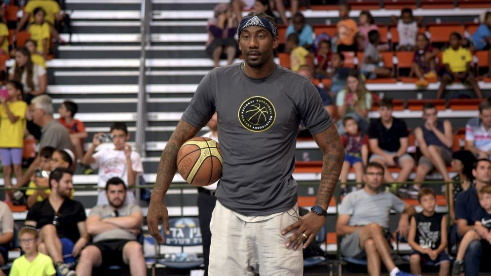 Hapoel Jerusalem basketball player Amar'e Stoudemire attends a special basketball workshop with Israeli children in Ramla on August 7, 2016. (Avi Dishi/Flash90)