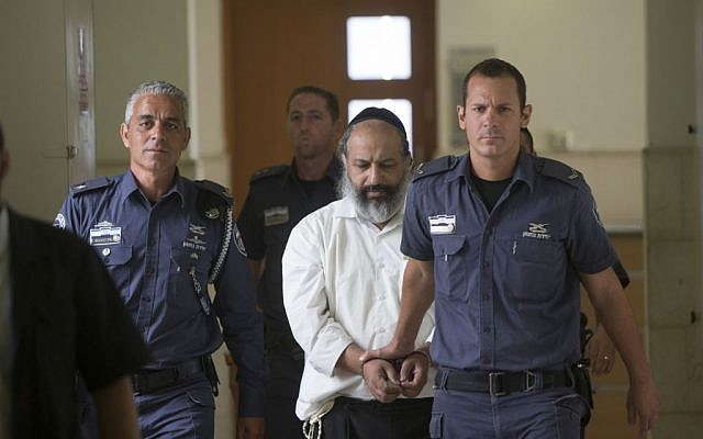 Alon Shamir, a 50-year-old therapist accused of raping two of his patients, is escorted by prison service guards at the District court as he arrives for a court hearing in Jerusalem on August 7, 2016, (Yonatan Sindel/Flash90)