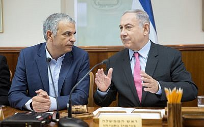 Prime Minister Benjamin Netanyahu (right) seen with Finance Minister Moshe Kahlon at the weekly cabinet meeting in Jerusalem on August 11, 2016. (Emil Salman/Pool)