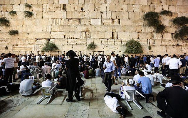 Tisha B'Av prayers at the Western Wall in the Old City of Jerusalem, August 13, 2016. (Yaakov Lederman/Flash90)