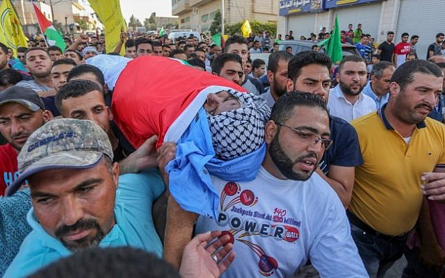 Palestinian mourners carry the body of 38-year-old Iyad Hamad, during his funeral in the West Bank village of Silwad, August 26, 2016. Flash90)