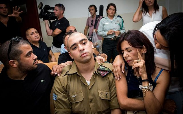 Elor Azaria, center, during a hearing in his manslaughter trial at a military court in Jaffa, August 28, 2016. (Miriam Alster/Flash90)