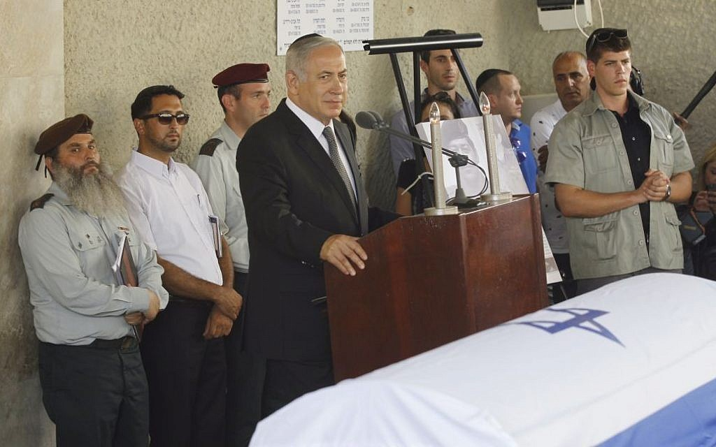 Prime Minister Benjamin Netanyahu speaks at the funeral of former minister Binyamin Ben-Eliezer at the cemetery in Holon, on August 30, 2016 (Miriam Alster/Flash90)