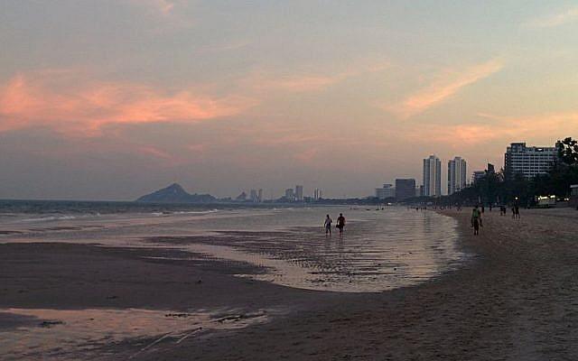 Hua Hin beach, Thailand. (CC BY-SA Kroisenbrunner, Wikipedia Commons)