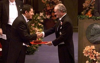 Professor Ahmed H. Zewail, left, receives the Nobel Prize in chemistry from Swedish King Carl XVI Gustaf, right, at the Concert Hall in Stockholm, Sweden. (AP Photo/Tobias Rostlund, Pool)
