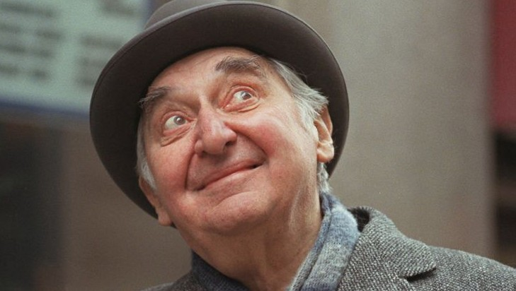 Fyvush Finkel poses, in the heart of New York's theater district, on December 23, 1996. (AP Photo/Kathy Willens, File)