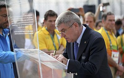 International Olympic Committee President Thomas Bach inaugurates a memorial in honor of Israeli Olympic athletes killed by Palestinian gunmen at the 1972 Munich Olympics, ahead of the Summer Olympics in Rio de Janeiro, Brazil, August 3, 2016. (AP/Edgard Garrido)