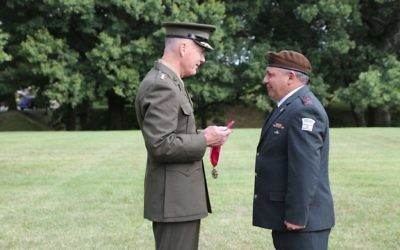 Chairman of the US Joint Chiefs of Staff Joseph Dunford presents IDF Chief of Staff Gadi Eisenkot with the Legion of Merit, outside the Pentagon on August 4, 2016. (IDF Spokesperson's Unit)