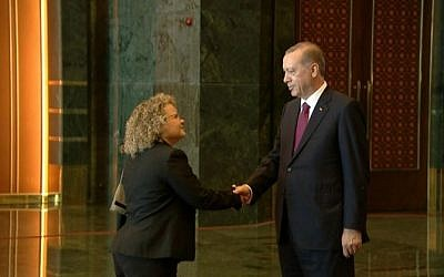 Shani Cooper, diplomatic attaché to the Israeli mission in Ankara, shakes hands with Turkish President Recep Tayyip Erdogan at a reception in the Turkish capital on August 30, 2016. (Courtesy of the Turkish presidency)