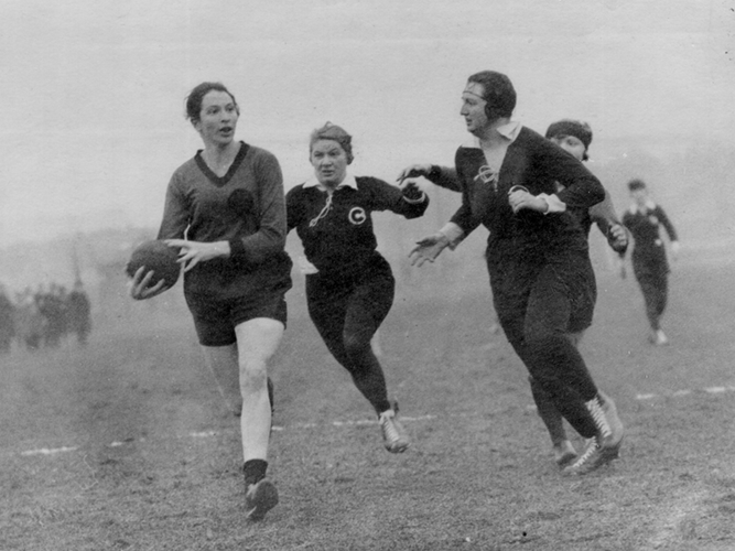 German Jewish athlete Lilly Henoch (left) plays handball for the Berlin Sports Club (public domain)